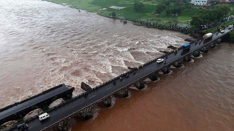 મુંબઇ-ગોવા હાઇવે પરનો પુલ તૂટ્યો, બે બસો સહિત અન્ય વાહનોની જળસમાધિ