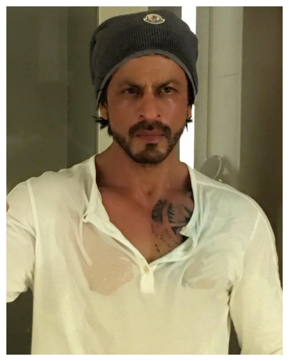 એમ્સ્ટડર્મની કડકડતી ઠંડીમાં રાહત માટે SRKને તેના ચાહકે મોકલ્યું લેધર જેકેટ