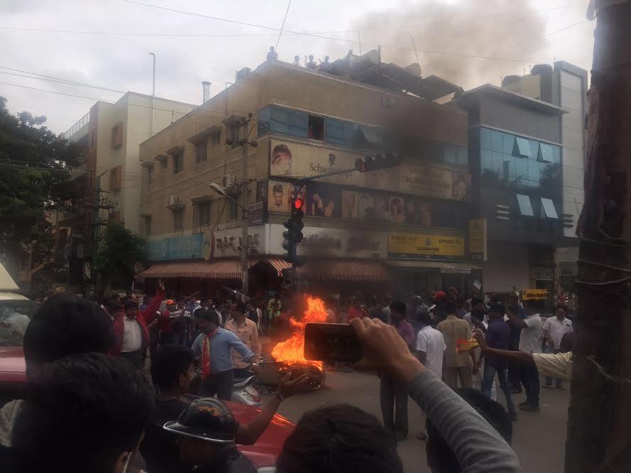 કાવેરી વિવાદઃ બેંગલોરમાં હિંસા યથાવત