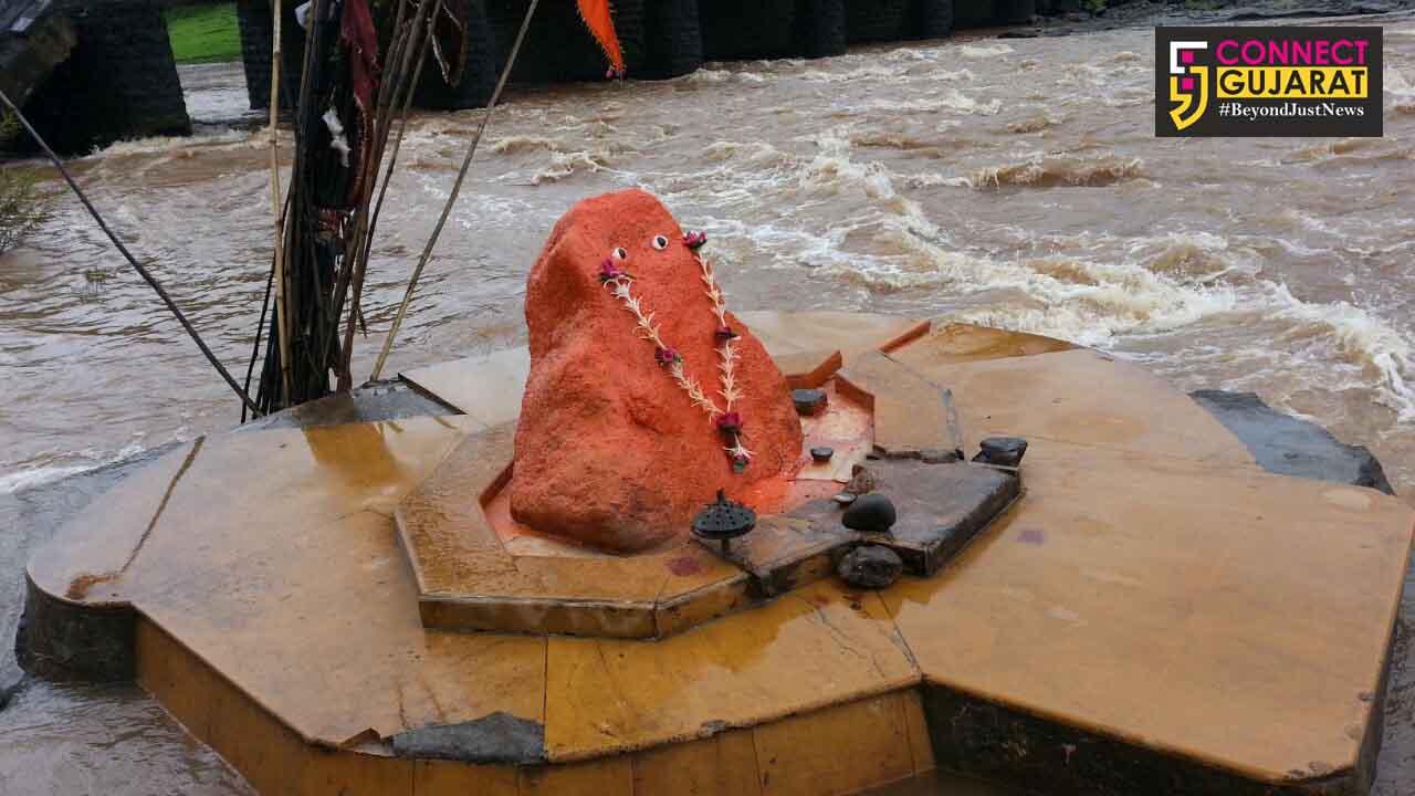 અંબિકા નદીના ધસમસતા પ્રવાહ વચ્ચે પણ વર્ષોથી અડિખમ ઊભી છે બાહુબલી બજરંગબલીની પ્રતિમા