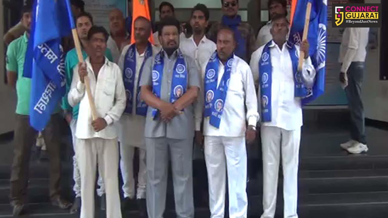 સુરત: ગુજરાતમાં દલિતો ઉપર થઈ રહેલા અત્યાચારને મુદ્દે કલેક્ટર આવેદન પત્ર આપી કરવામાં આવી કડક કાર્યવાહી માંગ