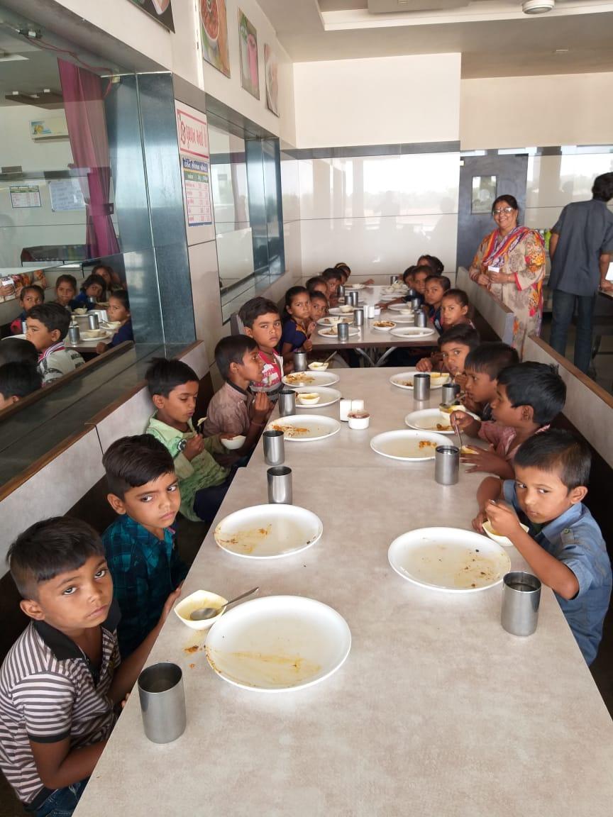 અરવલ્લી : ધનસુરાની હીરાપુર પ્રાથમિક શાળાના બાળકોને શિક્ષિકાએ હૉટેલમાં ભોજન કરાવી આવકાર્યા