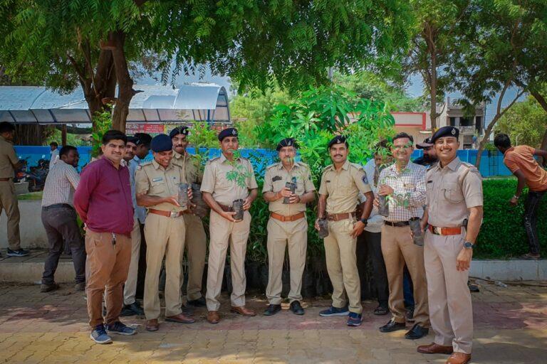 પોલીસ અધિકારીઓ દ્વારા પર્યાવરણ દિવસ નિમિત્તે કરવામાં આવ્યું વૃક્ષારોપણ