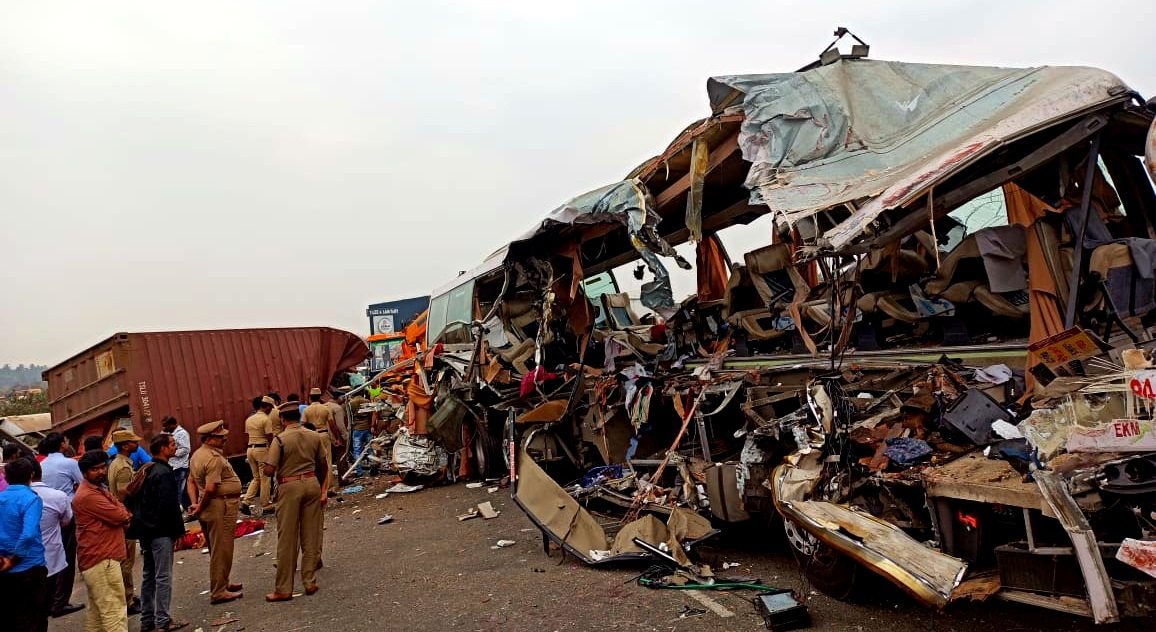 તમિલનાડુ : તિરુપુરના અવિનાશીમાં બસ-ટ્રક વચ્ચે ગમખ્વાર અકસ્માત, 19 લોકોના મોત અને 20થી વધુ ગંભીર