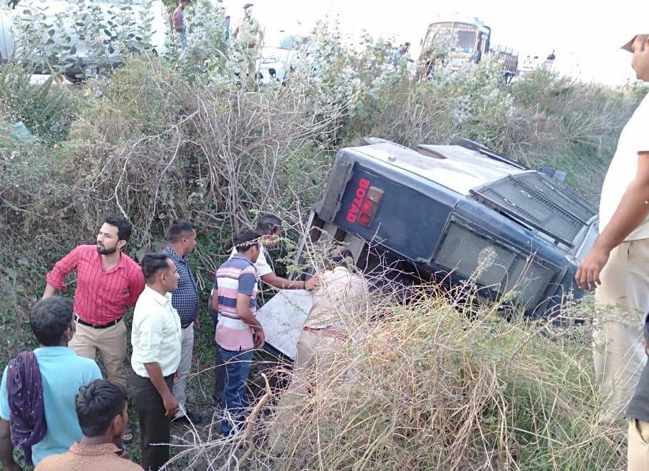 """સુરેન્દ્રનગર: """"નમસ્તે ટ્રમ્પ""""ના કાર્યક્રમનો બંદોબસ્ત પૂર્ણ કરી પરત ફરતા બોટાદ પોલીસ વાન પલટી"""