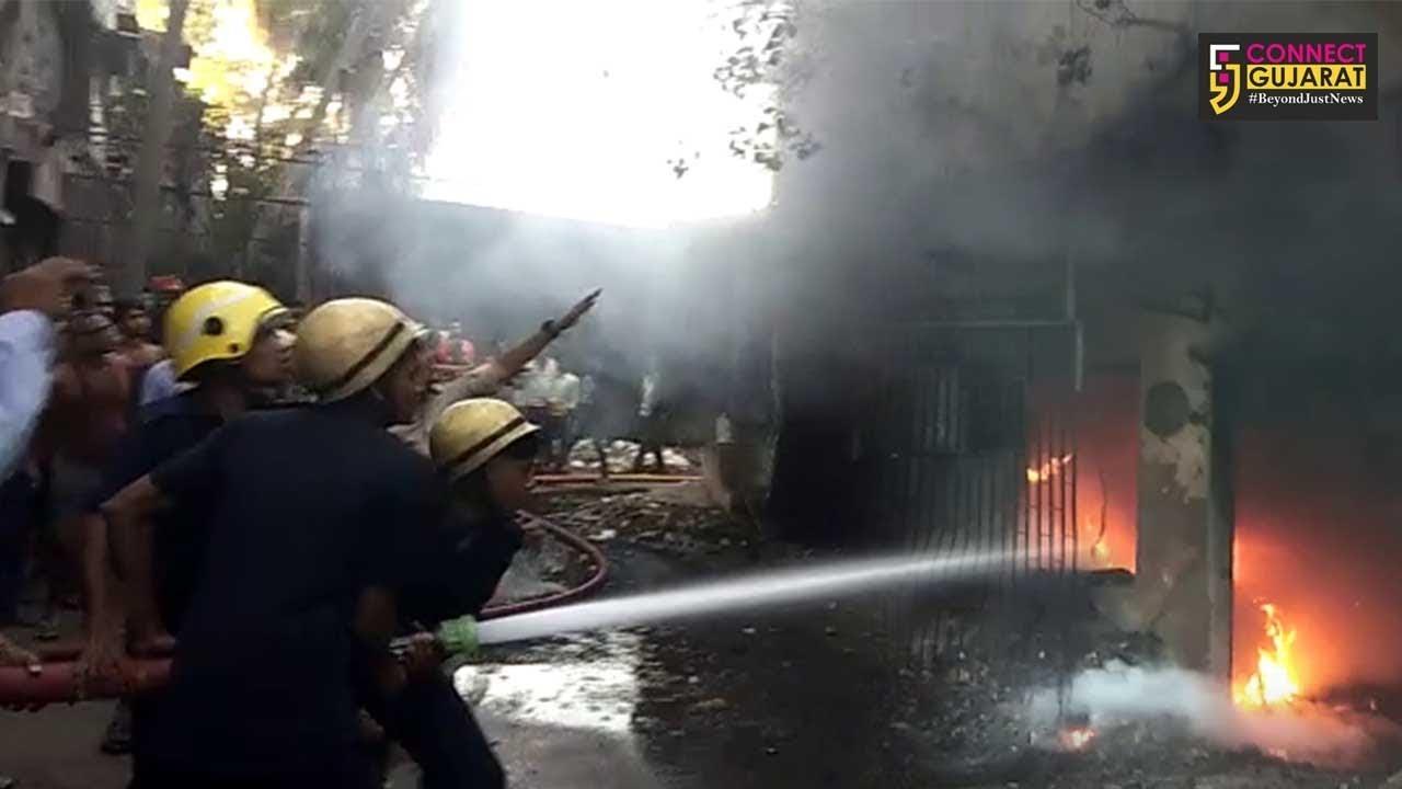 સુરત : સોશિયો સર્કલ નજીક લુમ્સના કારખાનામાં લાગી આગ, ત્રીજા માળેથી 3 કારીગરો નીચે કૂદતા થયા ઇજાગ્રસ્ત