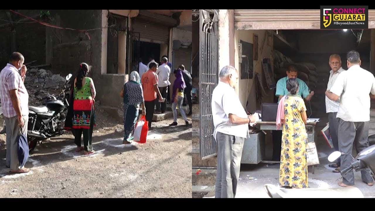 સુરત : સસ્તા અનાજની દુકાન પર લોકોની લાંબી કતાર, માત્ર ઘઉં-ચોખા જ મળતા રાશન કાર્ડ ધારકોમાં રોષ